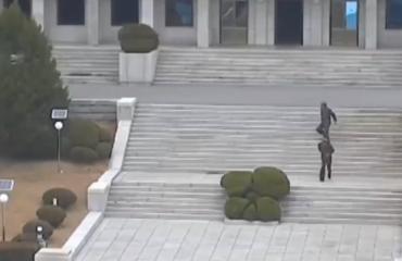 Momenti kur ushtari arratiset nga Koreja e Veriut, shokët e qëllojnë për ta ndaluar (VIDEO)