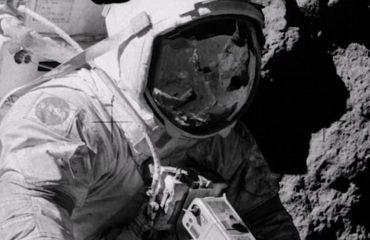 A janë këto imazhe prova se dërgimi i astronautëve në Hënë ishte një mashtrim? (VIDEO)