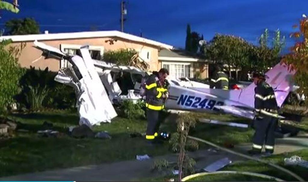 Avioni humbet kontrollin sapo ngrihet nga pista, hyn brenda kësaj shtëpie (VIDEO)