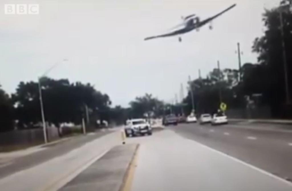 Pamja e tmerrit, avioni humbet kontrollin dhe zbret...në rrugën e qytetit (VIDEO)