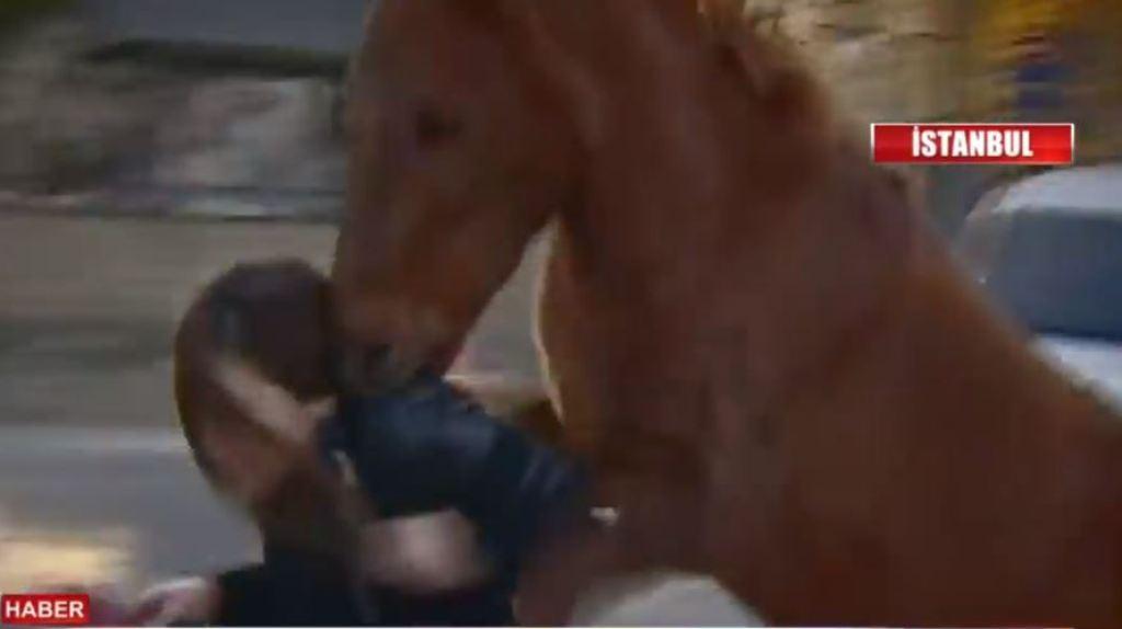(VIDEO) Kali sulmon gazetaren në transmetim live, pamjet që po bëjnë xhiron e rrjeteve sociale