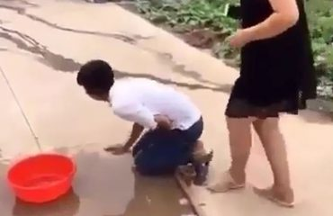 Kur përgatitesh t'i bësh gropën tjetrit...shikoni si e pëson ky djalosh (Video)