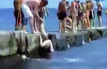 (VIDEO-HUMOR) Kush është ai burrë që mund ta nxjerrë këtë grua nga deti?