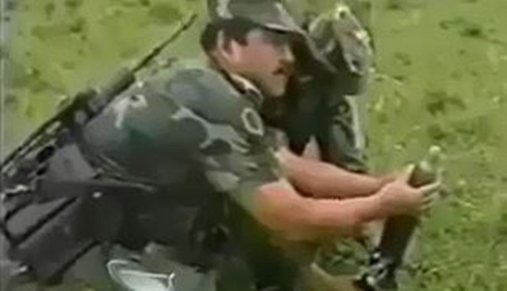 Mortaja u lëshon predhën tek këmbët, ushtarët ia mbathin me të katra (Video)