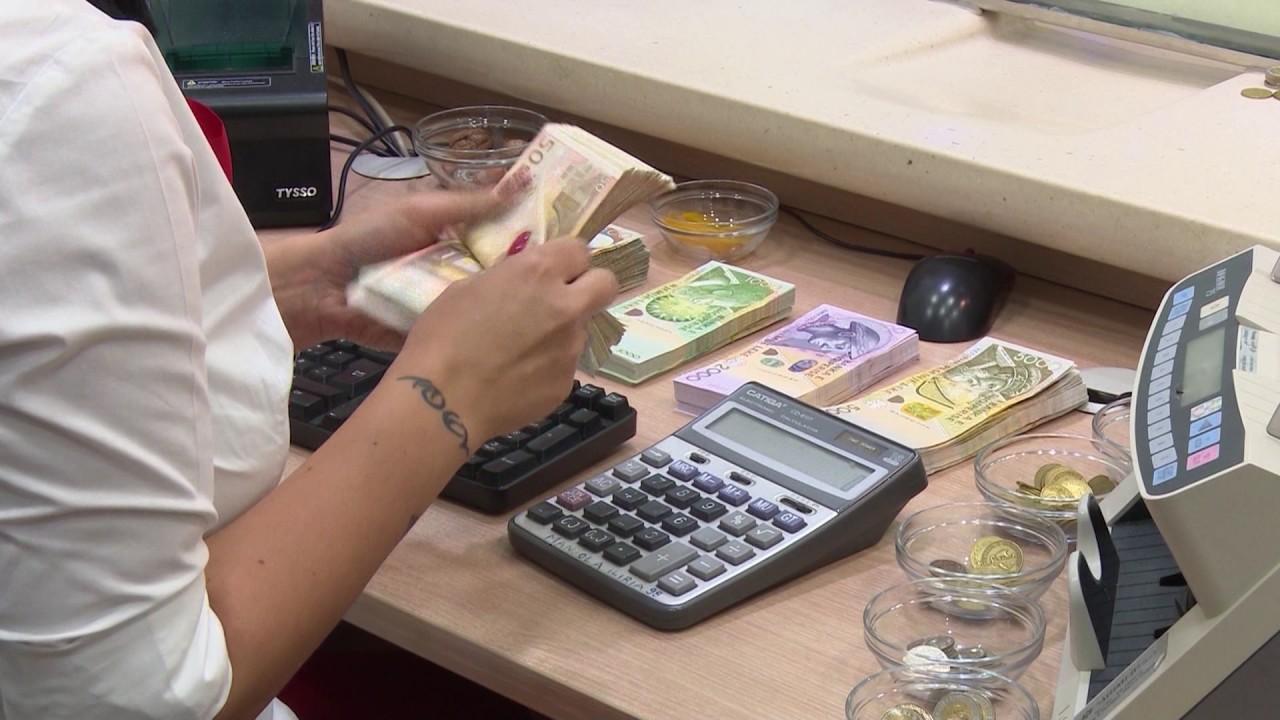 """Shqiptarët më shumë valutë nëpër duar, i """"strehojnë"""" pranë bankave"""
