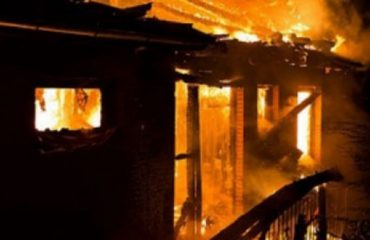 """Përfshihet nga flakët një mobileri tek """"Jordan Misja"""", 4 zjarrfikëse në vendngjarje"""