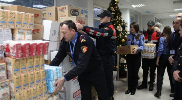 Policia e Tiranës shpërndan ndihma për të prekurit nga përmbytjet