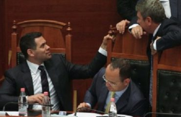 Flasin shokët Arben Ahmetaj, Damian Gjiknuri, si dhe shoqja Ledi Shamku