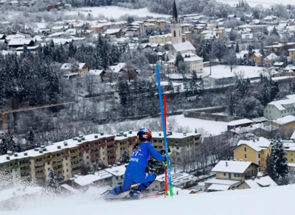 Skiatorja duket se ka qytetin poshtë këmbëve, foto spektakolare
