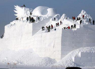 """Çfarë bëjnë mbi """"malin"""" me dëborë gjithë këta njerëz? Fotoja e çuditshme"""