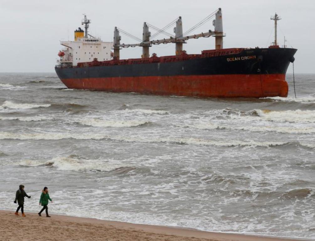 Fortunali nxjerr transoqeanikun në breg, pamje jo e zakonshme