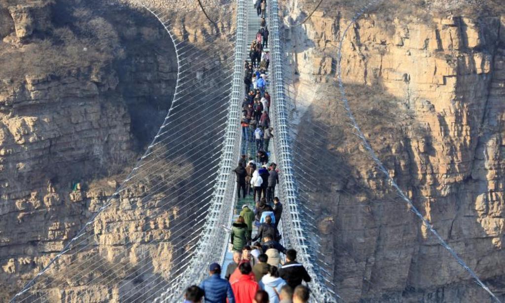 Ura prej xhami, turistët shijojnë pamjen nga qindra metra lartësi