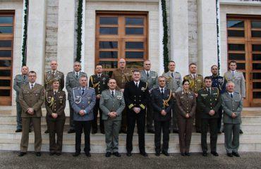 Gjeneral Kollçaku pret atashetë e huaj ushtarakë, i informon për ndryshimet