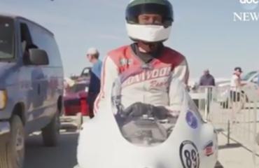 66-vjeçari thyen rekordin botëror të shpejtësisë me motorçikletë: 457 km/h (VIDEO)