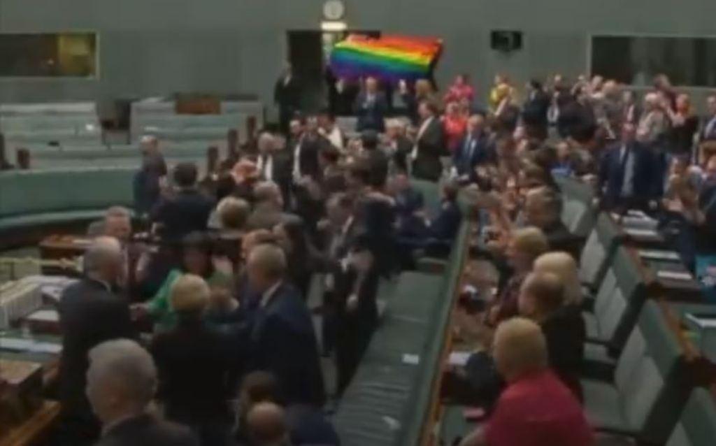 Deputetët ia marrin këngës nga gëzimi: Miratuan ligjin për martesat mes homoseksualëve (VIDEO)