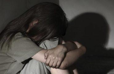 Kuçovë/Pranga 49-vjeçarit, tentoi ta trafikonte adoleshenten, përdhunoi 13-vjeçaren
