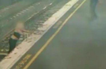 Treni mbërrin në stacion, por një grua ndodhet në binarë...ankthi i sekondave fatale (VIDEO)