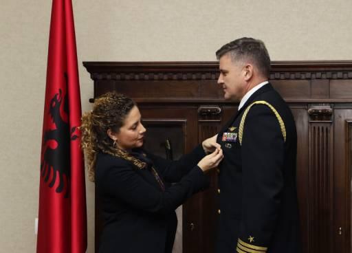 """Ministrja Xhaçka dekoron Atasheun Ushtarak amerikan në largim me """"Medaljen e Mirënjohjes"""""""
