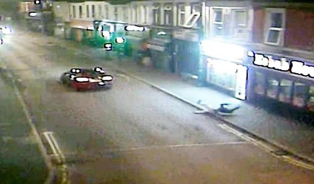 """Ky është momenti dramatik kur """"Audi"""" përplas 19-vjeçarin dhe e flak në trotuar (VIDEO)"""