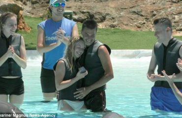 Propozimi më i çuditshëm për martesë, unazën e sjell delfini (VIDEO)