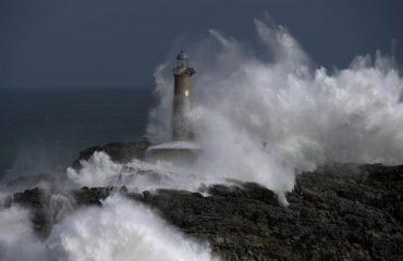 Dallgët përplasen mbi farin e vjetër, një foto vërtet spektakolare në mes të stuhisë