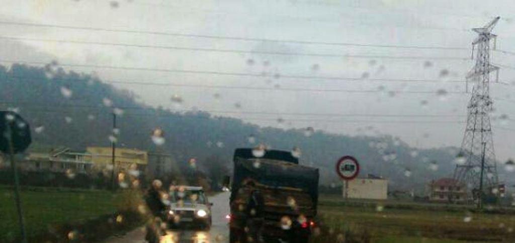 Aksidenti, kamioni përplas autoveturën ja çfarë ndodhi