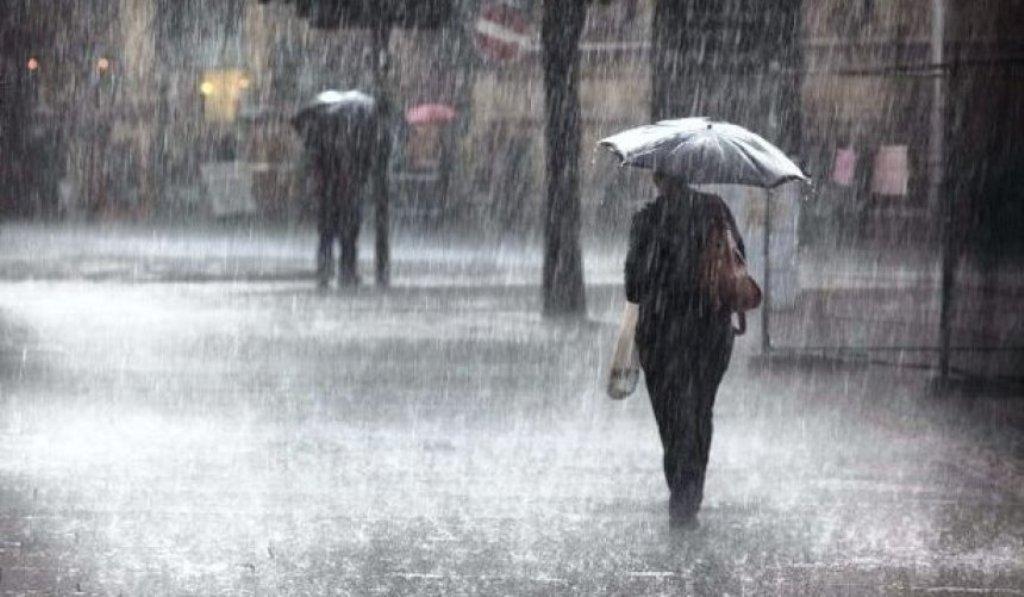 """FOTO/Në Tiranë vapa bën """"namin"""", por në këtë qytet ka shpërthyer shiu dhe rrëshqitja e gurëve"""