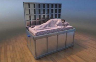 Ky është krevati më i sigurt në botë, të mbron nga tërmetet dhe sulmet terroriste (VIDEO)