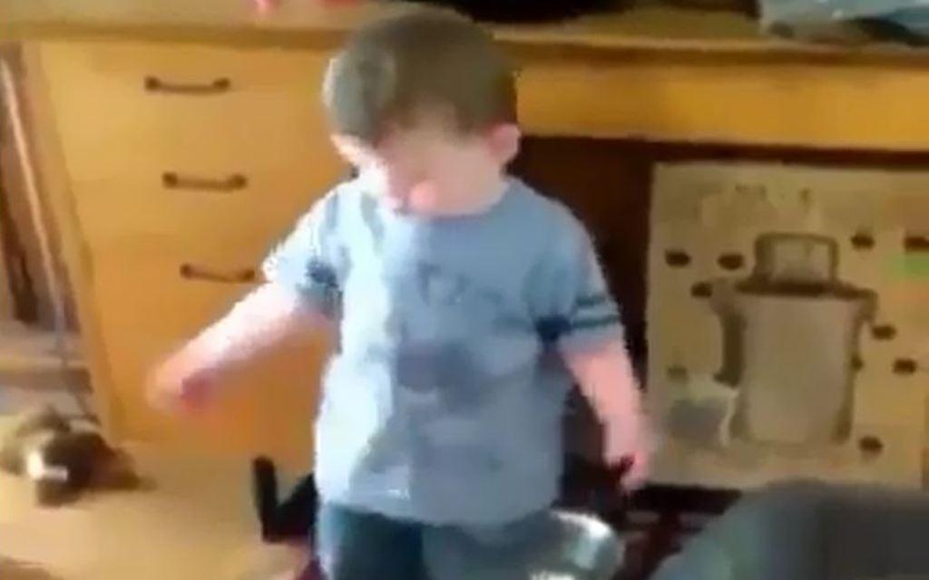 Çfarë i ndodh kështu këtij vogëlushi? (VIDEO-HUMOR)