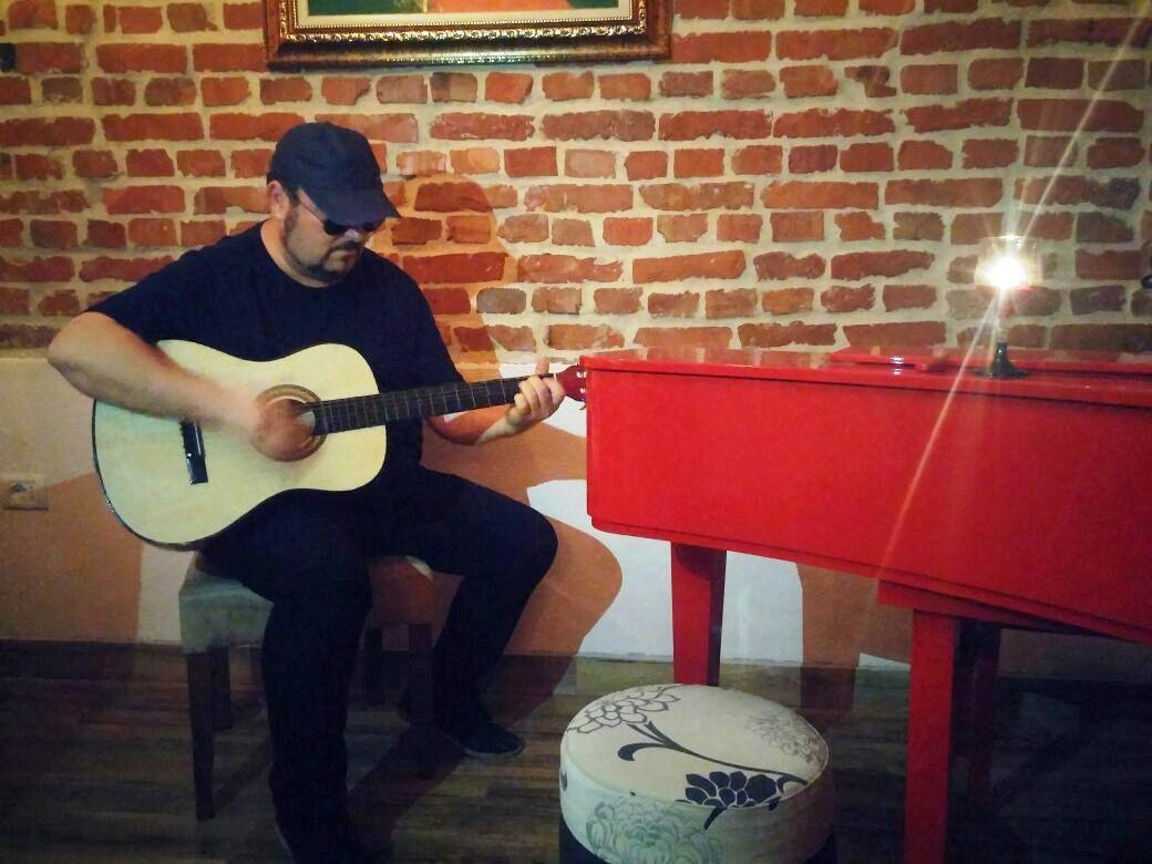 Etmond Mancaku: Të jesh artist në Shqipëri, 183 këngë për 4 dollarë!