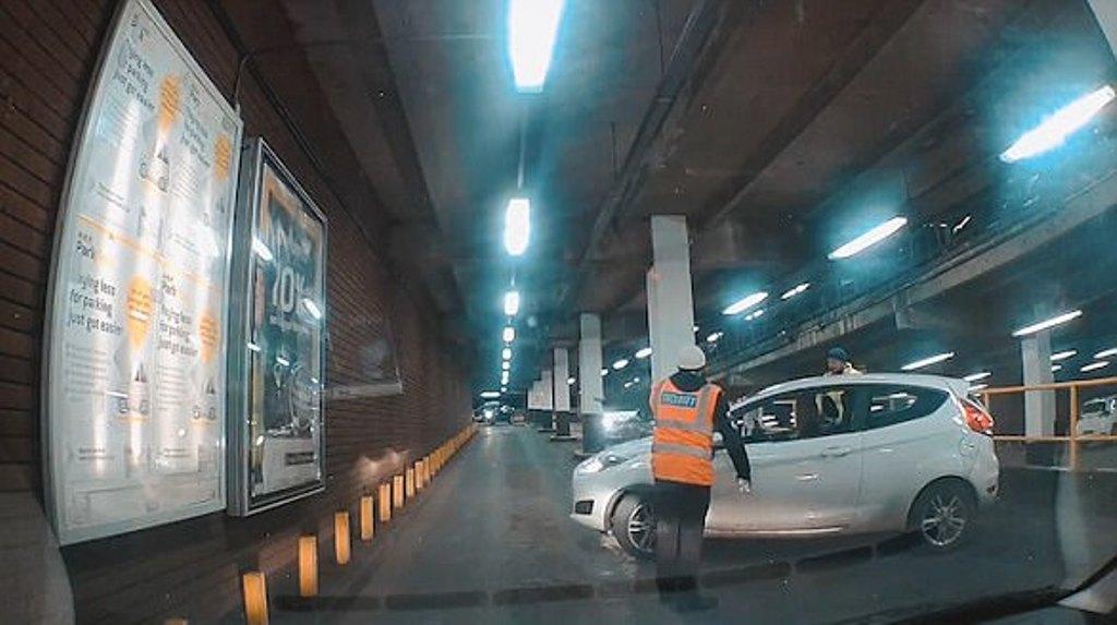 Kjo femër nuk arrin dot të marrë edhe një kthesë të thjeshtë, shikoni si bllokon rrugën për minuta të tëra (VIDEO)
