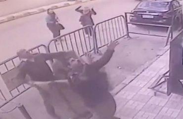 Fëmija shpëton për mrekulli pasi bie nga kati i tretë, polici e pret në krahë (VIDEO)