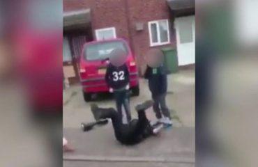 Oficeri i policisë lë shërbimin dhe luan me fëmijët, pamjet që janë bërë virale në internet (VIDEO)