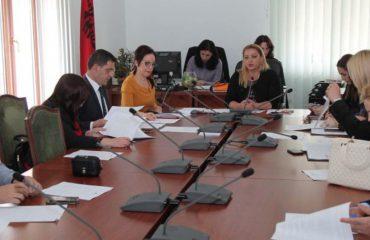 Debate dhe mungesë edukate në Komisionin e Edukimit, socialistët braktisin mbledhjen