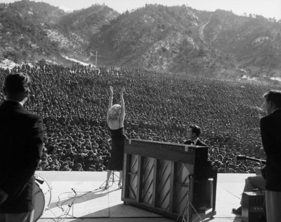 Kjo foto është shkrepur 65 vjet më parë, momenti kur e famshmja Merlin Monro jep shfaqje për ushtarët në luftë