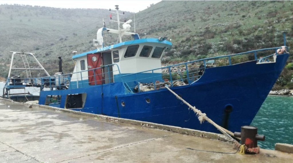 Fiket motori i peshkarexhës, marina shpëton anijen me katër njerëz në bord