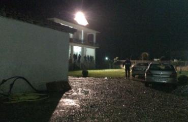 Grabitja e vilës në Dajç, të dyshuarit prangosen në Tiranë