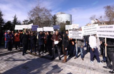 Protestë përpara Kuvendit, qindra punëtorë kërkojnë pagat e 16 muajve