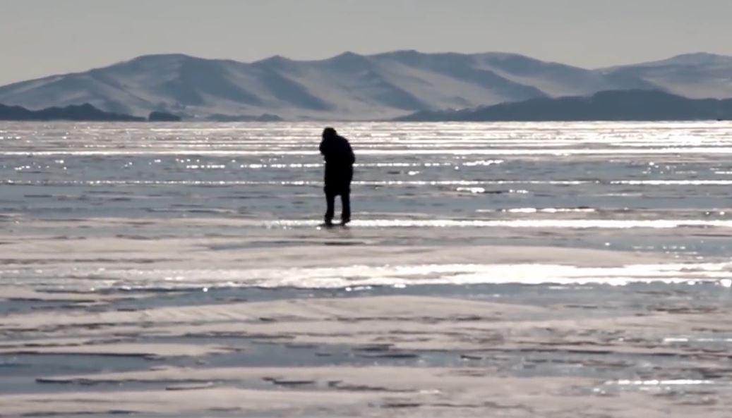 Liqeni më i thellë në botë ka ngrirë, gjyshja e kalon çdo ditë me patina...për të parë lopët (VIDEO)