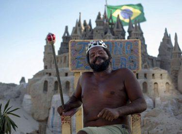 """""""Mbreti"""" që jeton prej 22 vjetësh në një kështjellë prej rëre, një histori e pazakontë"""