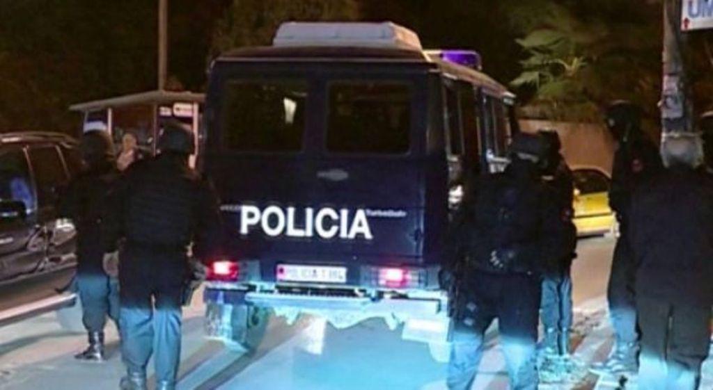 Aksion policor në Tiranë, të dyshuarit hedhin nga ballkoni prova inkriminuese