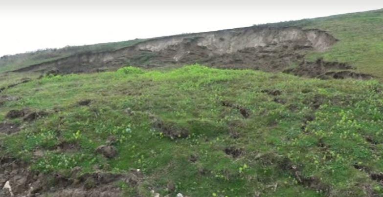 Shirat sjellin rrëshqitjen e dherave në Tapizë, rrezikohen 700 familje dhe aeroporti i Rinasit