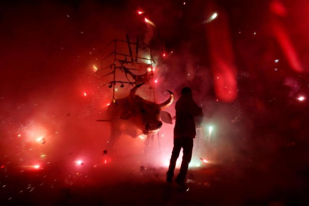 Fishekzjarret shpërthejnë nga barku i demit, pamje spektakolare