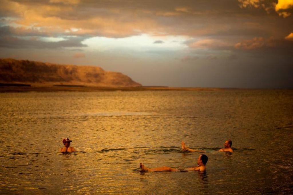 """FOTO-RELAKS/ Më mirë i nxehti i luftës se acari i Siberisë, turistët """"arratisen"""" në detin e Vdekur"""