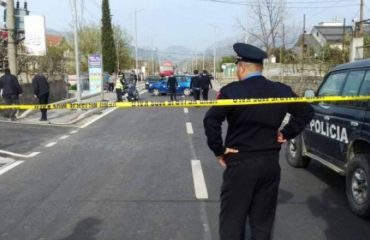 U hodh nga makina pasi e ngacmonte shoferi, 55-vjeçarja nga Elbasani në gjendje të rëndë