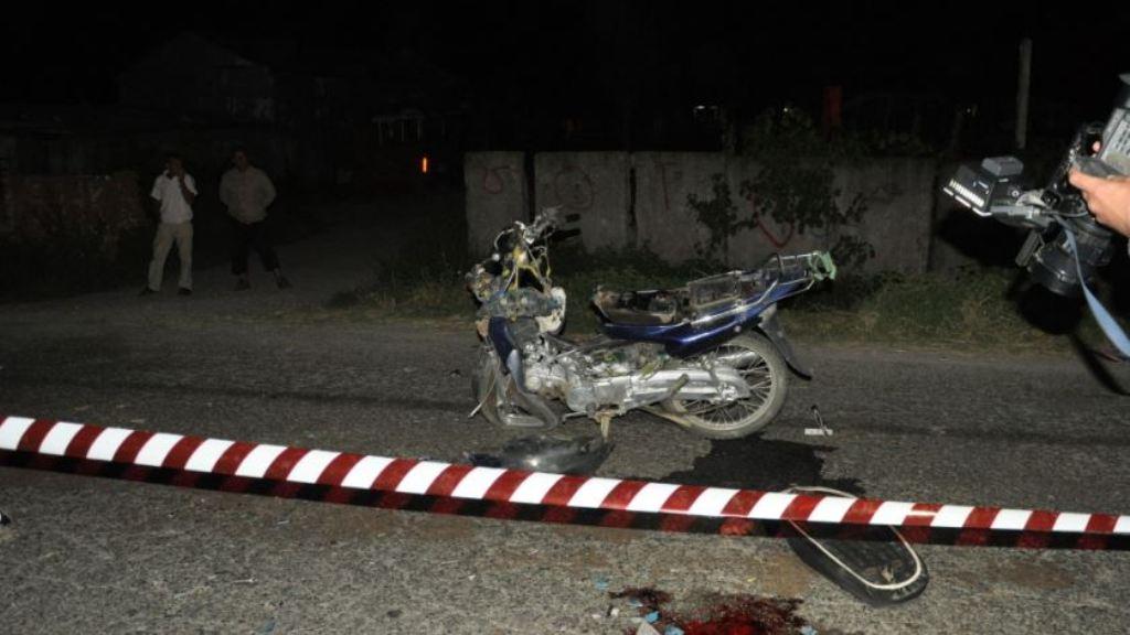 I goditi makina, plagosen motoristi dhe shoqëruesi i tij