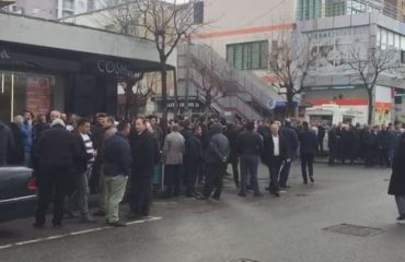 Përkrahësit e Frrokajt mblidhen para komisariatit, shtyhet masa e sigurisë për kryebashkiakun