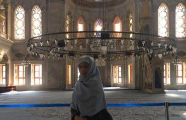 Brenda xhamisë së Stambollit...aty ku nuk do të njihni dot Elhaida Danin!