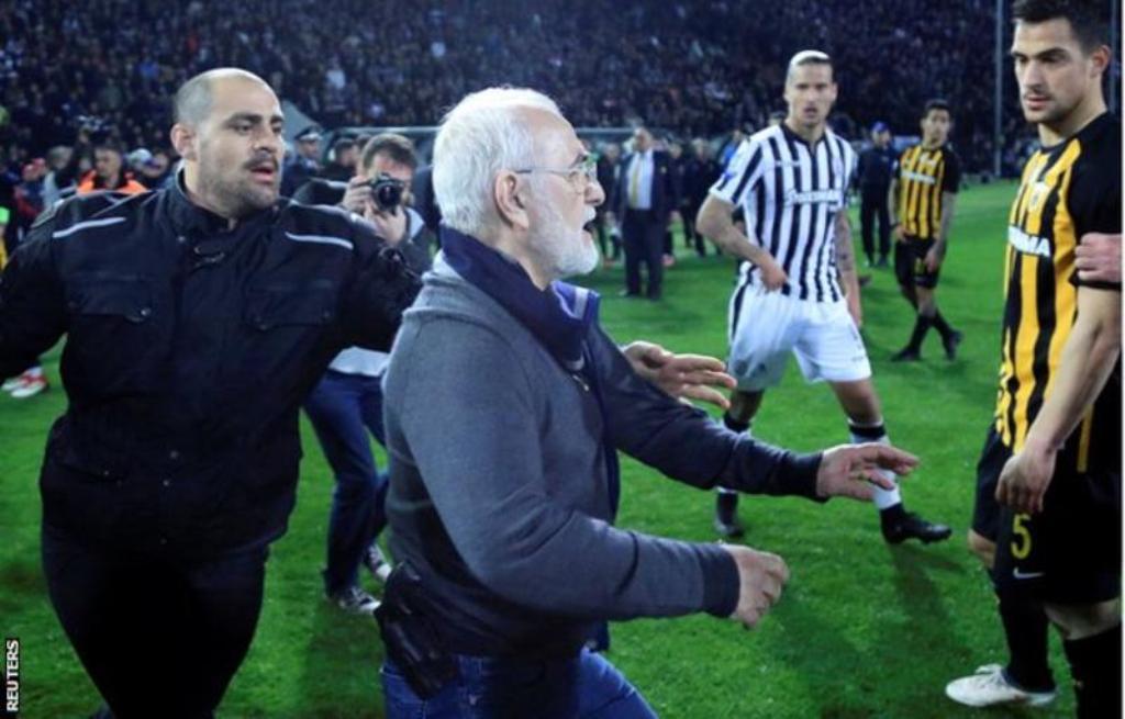 Tsipras urdhëron pezullimin e kampionatit grek, presidenti i PAOK u fut me armë në fushë