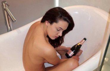 Klaudia Pepa befason fansat, një foto krejtësisht nudo në rrjetet sociale